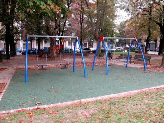 Tornano le altalene nell?area giochi di piazza Martiri della Libertà a Casale