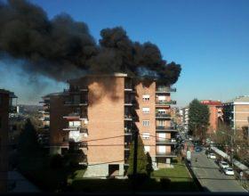 Incendio al quinto piano di un palazzo a Valenza, nessun ferito