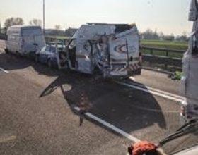 Furgone investe i mezzi di soccorso in autostrada
