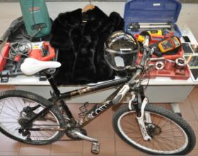Trovato dai poliziotti in casa con bici, Ipad, cellulari e una pelliccia frutto di una rapina