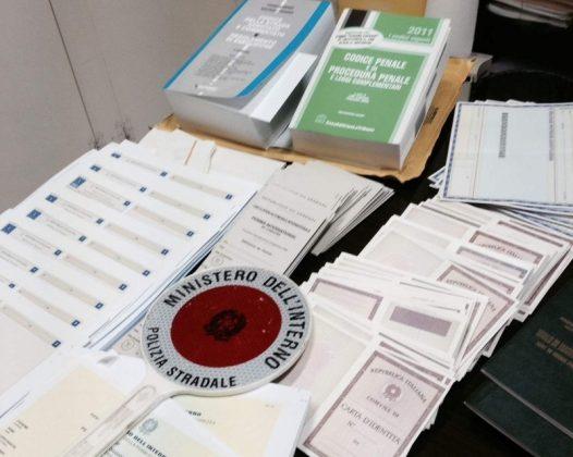 Centinaia di documenti falsi sequestrati dalla Polizia Stradale di ...