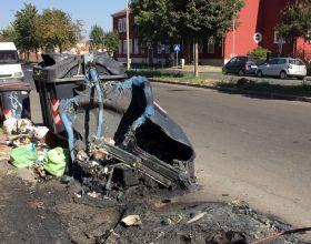 Il video del cassonetto incendiato in via Bensi