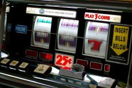 Porta via quasi 3 mila euro dalle slot machine: denunciato