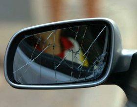 Danneggia gli specchietti di decine di auto in sosta
