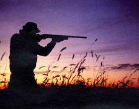 Contrari alla caccia, aggrediscono cacciatori