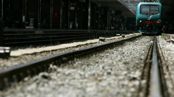 Colpirono con un sasso il vetro di un treno: segnalati in sei