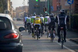 Al Senato un ddl a tutela dei ciclisti: multa a chi li supera da vicino