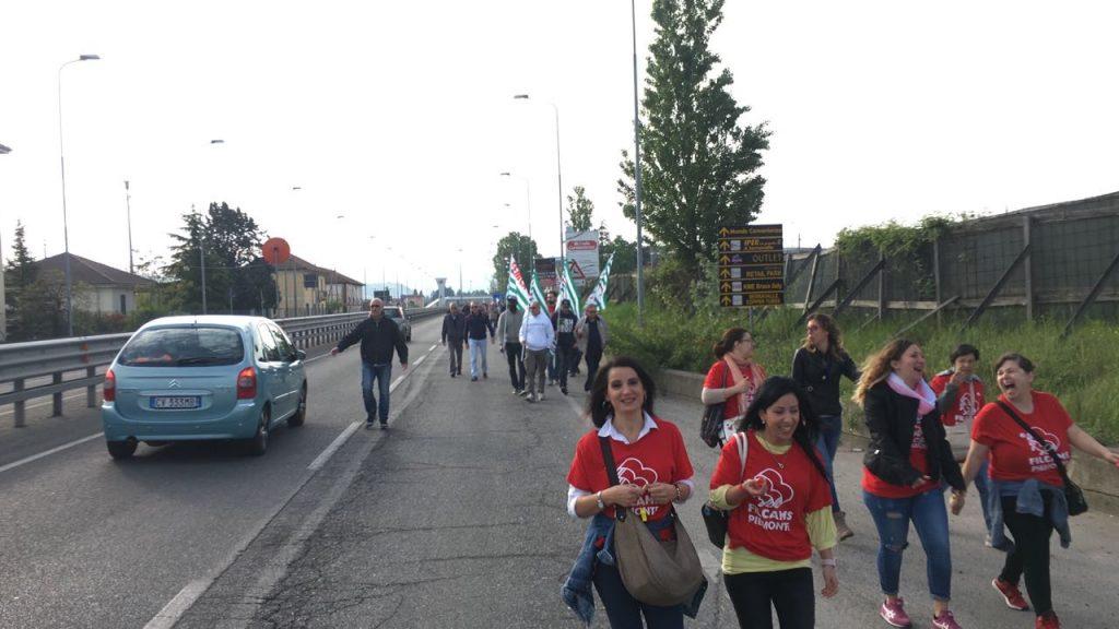 La marcia di protesta all 39 outlet di serravalle for Piani di casa artigiana con seminterrato di sciopero