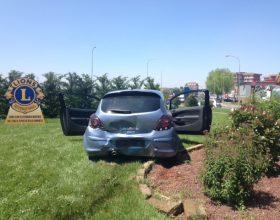 Immagine Inseguiti speronano auto della Polizia: la fuga termina in una rotonda