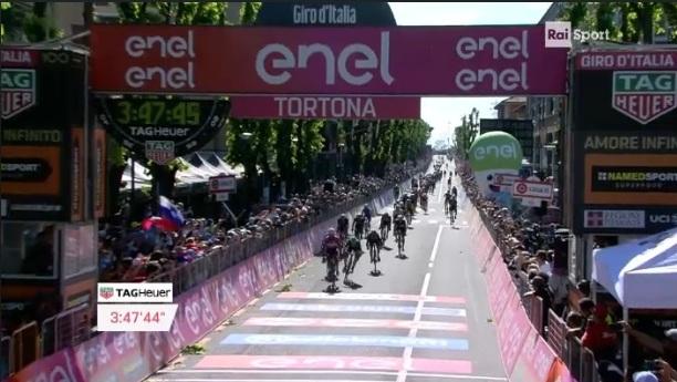 Giro: Gaviria si gode il tris
