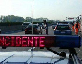 Auto esce di strada su A26. Muore ragazza di 20 anni. Feriti 3 coetanei