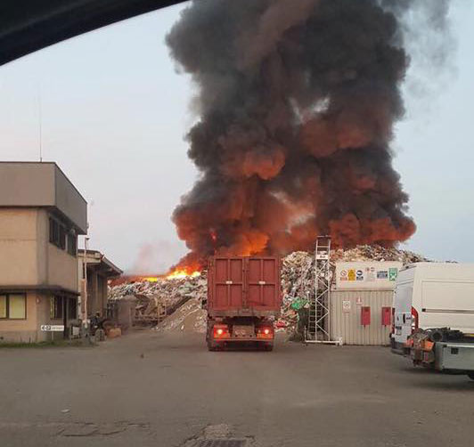 Mortara, l'incendio all'impianto di rifiuti Eredi Bertè