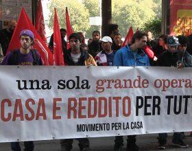 """Immagine Movimento per la Casa sotto il Comune di Alessandria: """"No agli sfratti"""""""