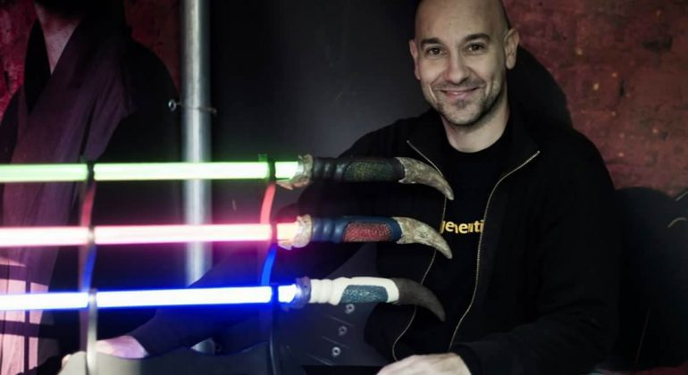 Il valenzano che crea spade laser di Star Wars e addestra Jedi