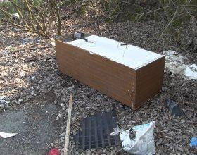Rifiuti abbandonati in via dei Preti: frigorifero, pneumatici e poltrone