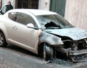 Dodici auto colpite dalle fiamme a Casale