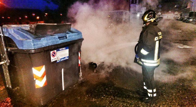Vigili del Fuoco al lavoro prima dell'alba per 8 cassonetti in fiamme