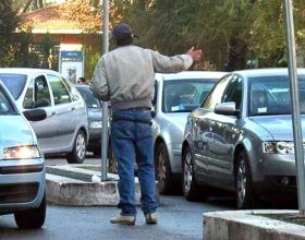 Fermato un parcheggiatore abusivo in piazza Gobetti a Novi Ligure