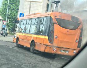 Principio di incendio per autobus in via Piave