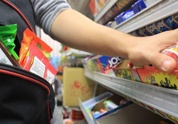 Rubano al supermercato e picchiano vigilantes e cassiera: denunciate