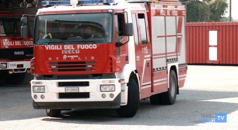 Incendio distrugge il tetto di una casa a Bosio