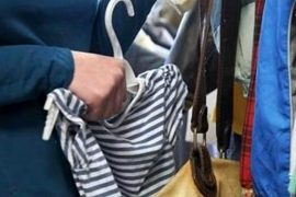 Riempie borsa schermata con 500 euro di merce. Scoperta e bloccata