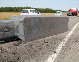 Camion perde pesante blocco di ghisa sulla strada