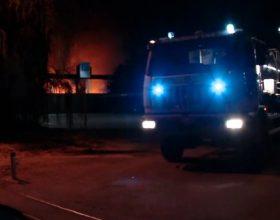 Incendio discarica: fiamme spente ma si lavora ancora. Arpa tranquillizza