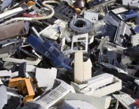 In un magazzino lavatrici, forni e altri 130 rifiuti elettronici