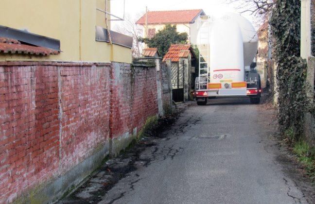 autocisterna incastrata a Serravalle