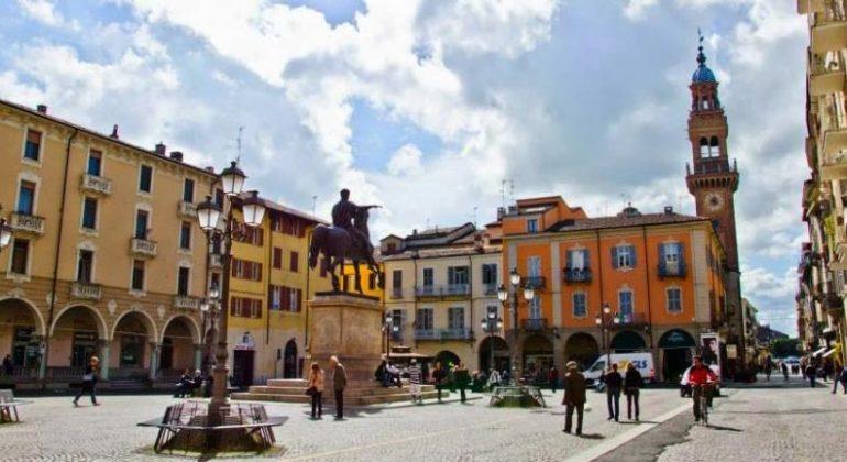 Casale piazza
