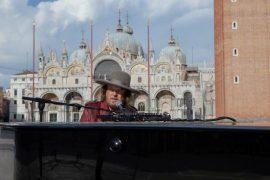 Zucchero esegue un brano inedito di Michael Stipe in Piazza San Marco