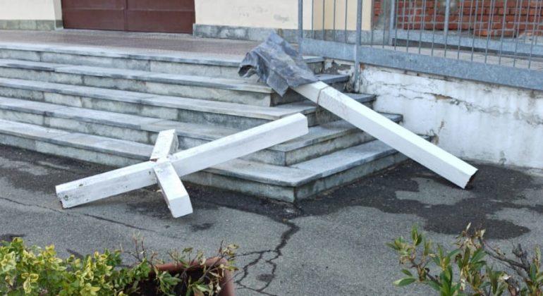 A causa del maltempo la croce della chiesa della Don Bosco è crollata a terra