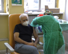 """Il video di una delle prime vaccinazioni contro il Covid-19: """"Farlo è una scelta responsabile"""""""
