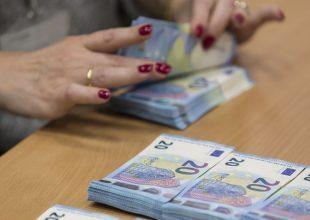 """""""Ci hanno ripreso, hanno i video"""": in manette una 74enne dopo aver estorto 13 mila euro all'anziano amante"""