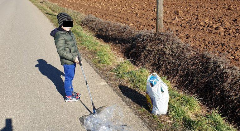 """Un bimbo e il suo papà ripuliscono dalla spazzatura le vie di Spinetta: """"Così gli insegno il senso civico"""""""