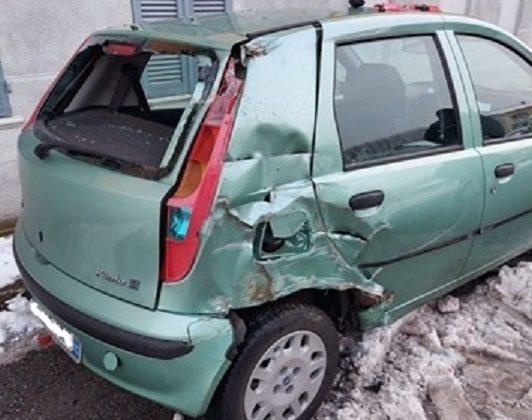 Immagine Travolge un'auto con il suo mezzo agricolo e ferisce l'automobilista senza poi fermarsi