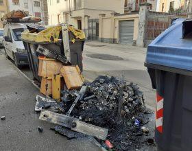 Cassonetti a fuoco in 6 vie diverse di Alessandria: pompieri al lavoro per 2 ore