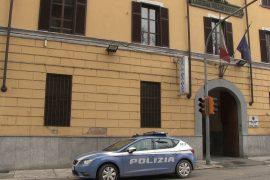 Finge di essere in Francia per non essere arrestato ma viene scoperto in centro a Casale