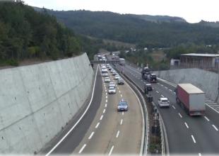 Immagine Si ferma al centro dell'autostrada e inizia a camminare lungo la carreggiata: paura sulla A26