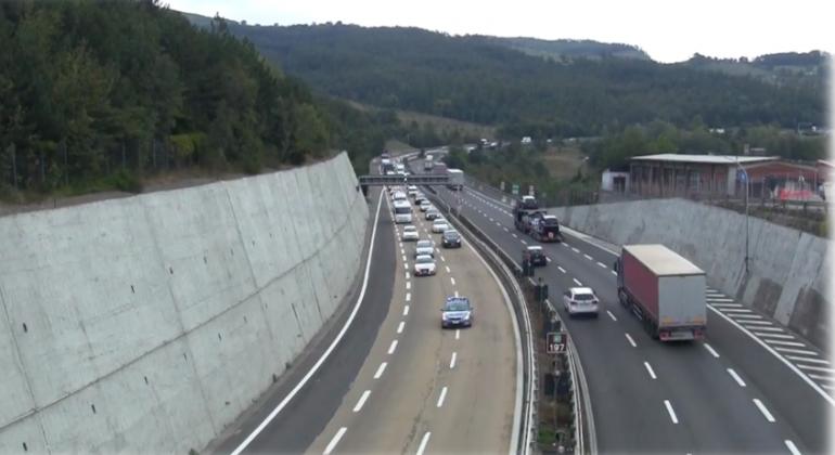 Si ferma al centro dell'autostrada e inizia a camminare lungo la carreggiata: paura sulla A26