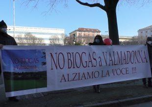 Immagine No Biogas a Valmadonna: oggi il presidio vicino alla zona del possibile impianto, con Valeria Straneo