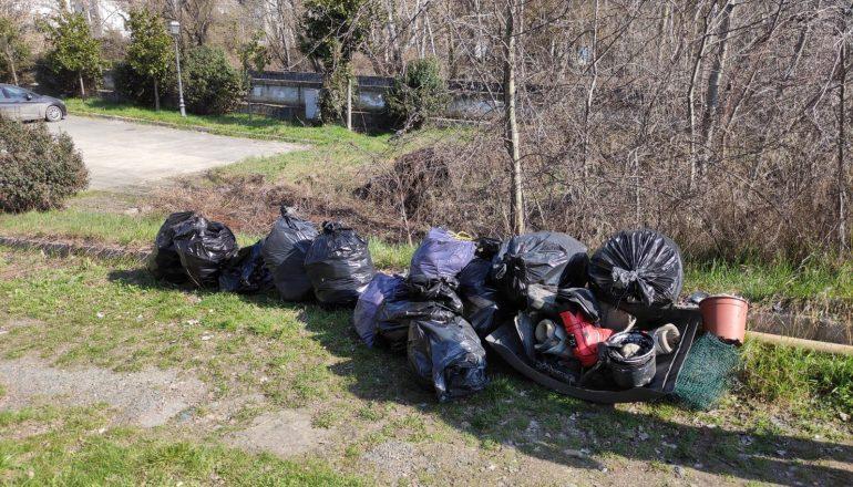 Ad Acqui i Volontari Civici puliscono 500 metri di fossi: oltre 50 sacchi di rifiuti raccolti