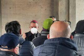 Al presidio dei lavoratori Cerutti arriva anche il vescovo di Casale Gianni Sacchi