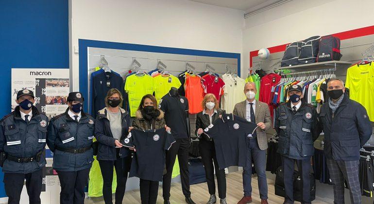 I commercianti del Cristo sostengono i volontari della Polizia Municipale: donate 20 magliette