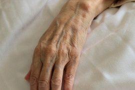 Due ospiti di una casa di riposo muoiono dopo aver ingerito detergente. Indagata Oss