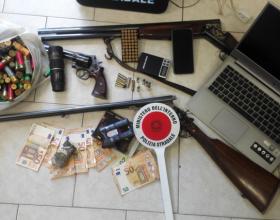 Sorpreso in auto con pistola e passamontagna ma a casa aveva nascosto un arsenale: arrestato