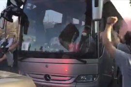 Verso Como-Alessandria: il caloroso saluto dei tifosi grigi alla squadra in partenza