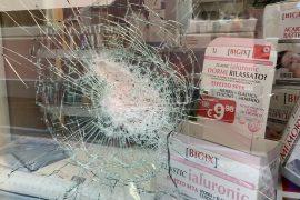 Nuova spaccata in centro ad Alessandria: colpita la parafarmacia Farmabenessere