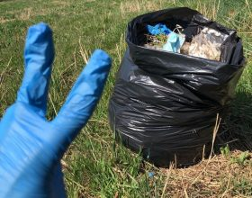Si munisce di guanti e sacchi e ripulisce un parco vicino casa: la storia di Salvatore